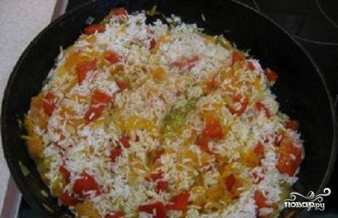 3.Рис хорошо промыть в холодной воде несколько раз.  Опустить рис в жареные овощи.