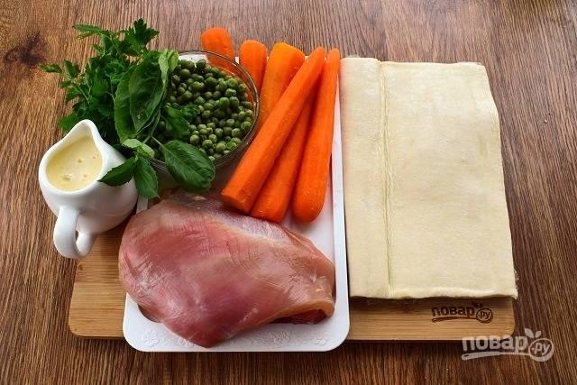 Подготовьте необходимые продукты. Филе промойте под холодной водой, обсушите.  Морковь вымойте, очистите, отварите в кипящей воде в течение 10 минут. Зеленый горошек – в течение 2-3 минут.