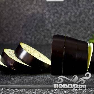 1. Разогреть духовку до 220 градусов. Нарезать баклажаны на ломтики размером около 2-2,5 см. хорошо смазать большой противень оливковым маслом, примерно 1-2 столовыми ложками. Выложить баклажаны на противень в один слой. Посыпать солью и молотым черным перцем. Выпекать в духовке в течение 15-20 минут.