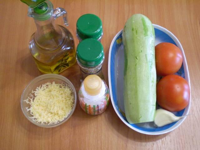 1. Первым делом моем кабачок и помидоры. Чеснок очищаем. Сыр трем на терке и обязательно накрываем пищевой пленкой, чтобы не заветрился.