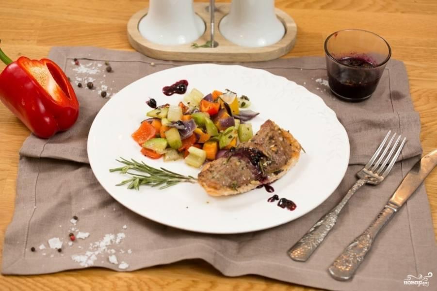 Подавайте готовую утиную грудку к столу, полив её брусничным соусом. Приятного аппетита!