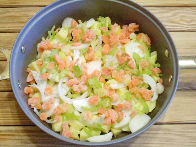 5. Добавляем сладкий перец, морковь. Солим и перчим.