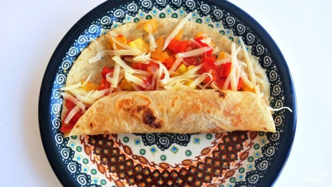 Заверните лаваш с начинкой. У вас получилась кесадилья с овощами. Вкусное и яркое блюдо!
