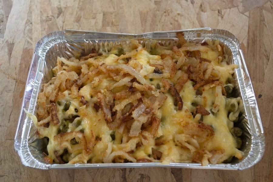 Лук обжарить на растительном масле в сковороде. От муки лук станет хрустящим и вкусным. Выложите лук поверх готовой запеканки  и подайте к столу.