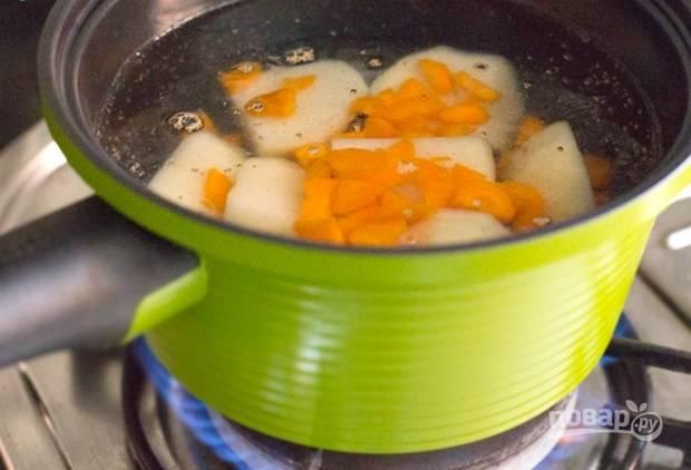 4.В кастрюлю помещаю измельченные картофель и морковь, отправляю кастрюлю на огонь и отвариваю до готовности. Достаю овощи и остужаю.