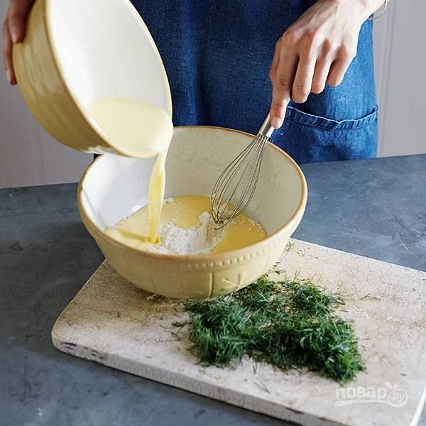 1.Смешайте муку, соду и соль. В другой миске смешайте яйцо, молоко, затем соедините содержимое двух мисок и хорошенько размешайте.