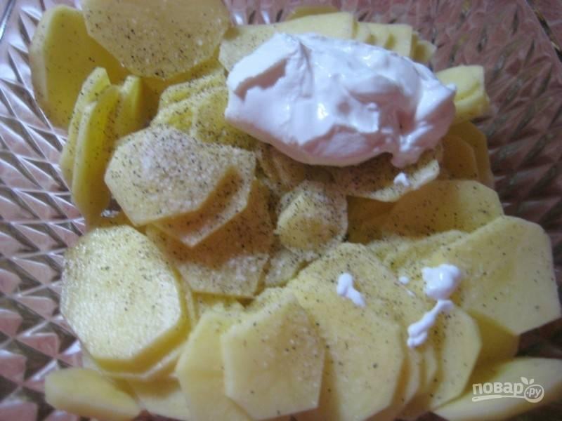 6. Добавьте соль, специи и сметану (можно использовать майонез по желанию). Перемешайте.