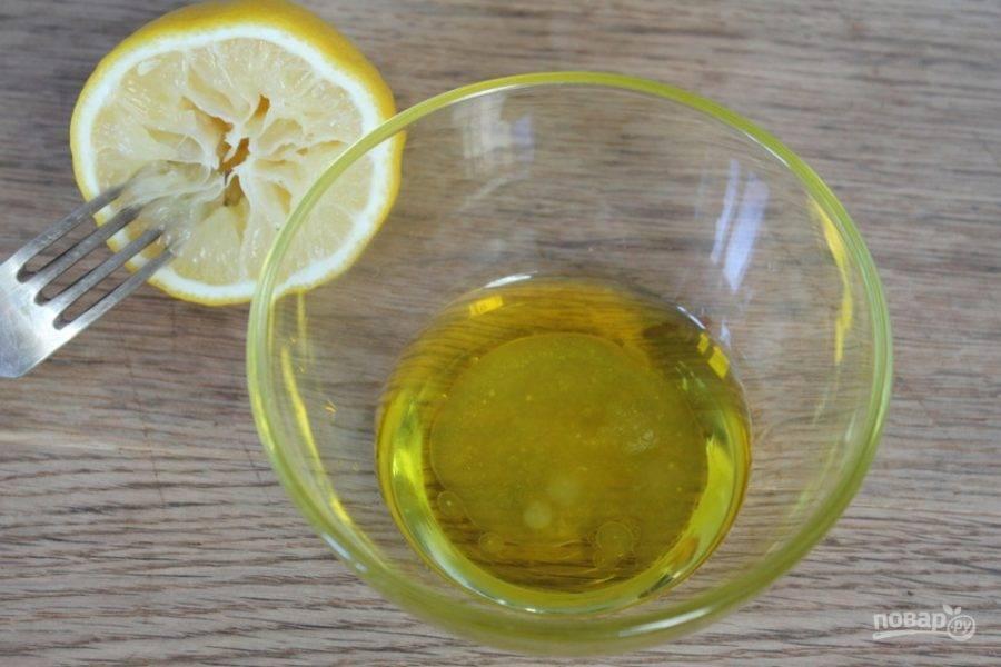 Готовим заправку для салата. Соединяем оливковое масло и сок лимона.