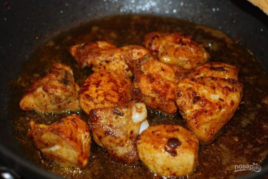 1. Замаринуйте курицу в лимонном соке и куркуме. Обжарьте мясо на сковороде до готовности.