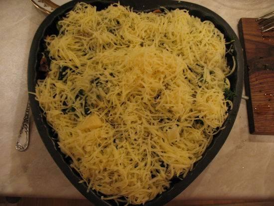 8. Присыпать сыром и отправить форму в разогретую духовку минут на 15. При желании сверху цветная капуста с грибами и сыром в домашних условиях может быть смазана еще майонезом или сметаной, например.