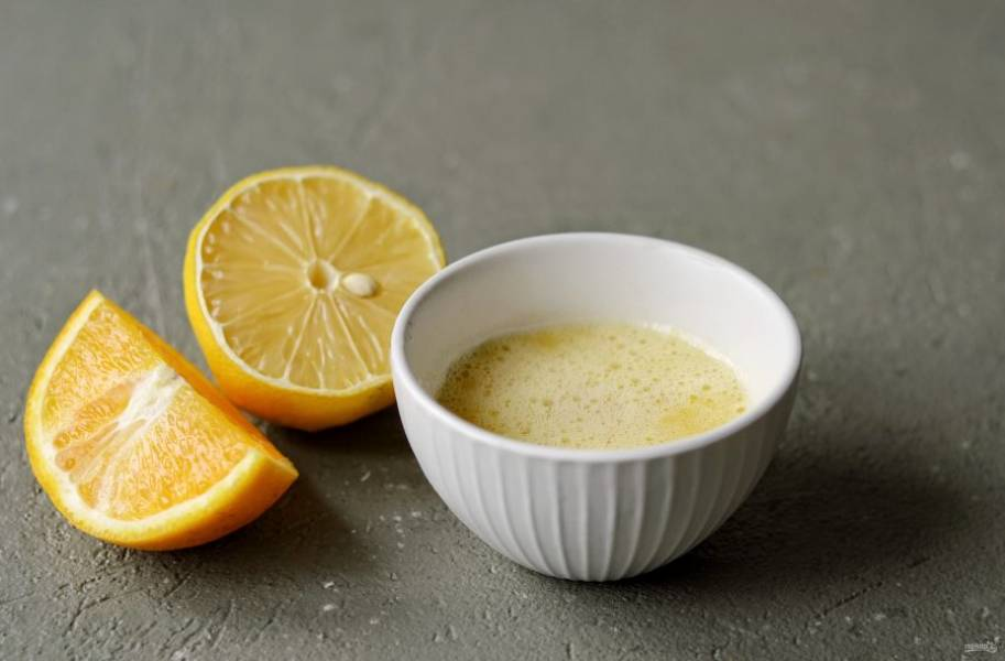 Апельсин измельчите с чесноком, добавьте сок половины лимона. Это секретный ингредиент, не бойтесь добавлять его в борщ!