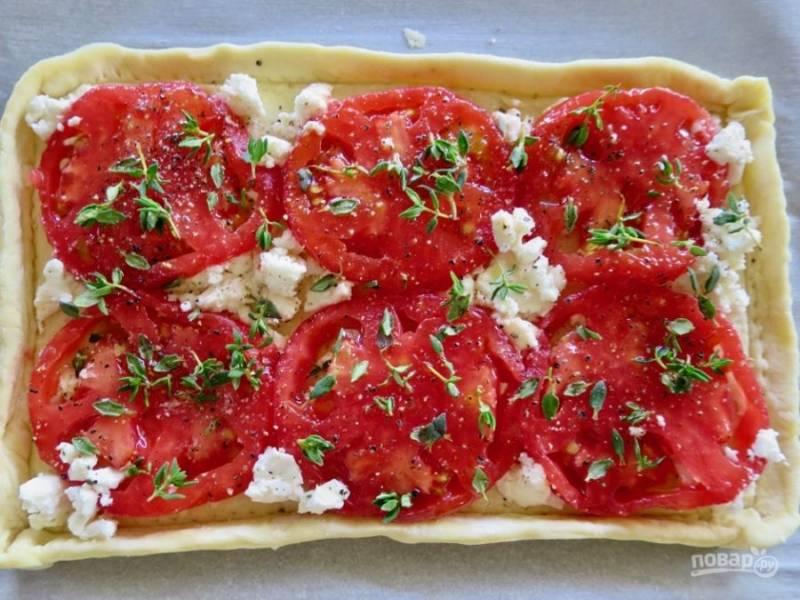 3. На корж выложите сыр, помидорки. Добавьте по вкусу соль, перец, немного зелени. Все, можно отправлять тарт в разогретую до 200 градусов духовку.