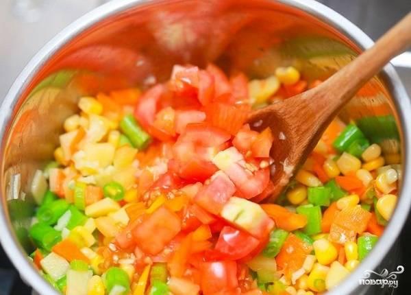 7. Добавьте помидоры к остальным овощам.