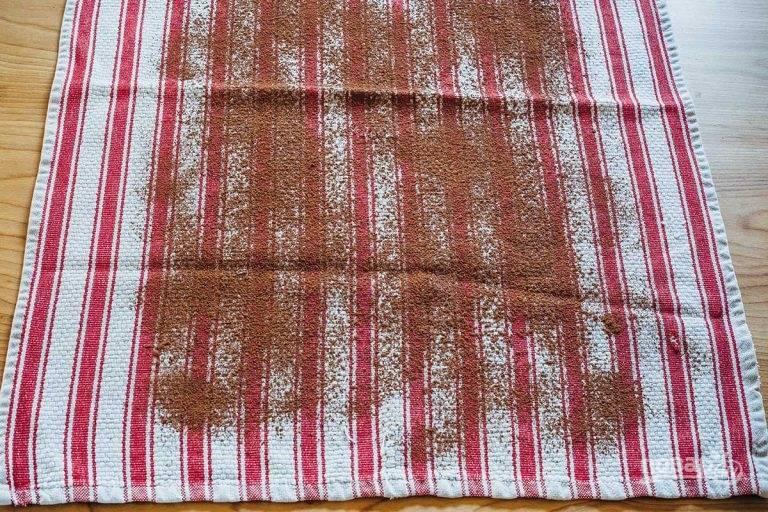 8.Выложите на стол чистое кухонное полотенце, посыпьте его какао.