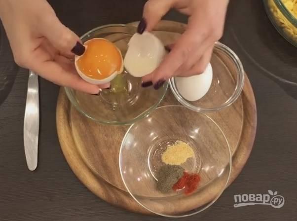 4. Для панировки нужны 2 белка, 0,5 чайной ложки красного перца, черного перца и чеснока. Все это смешайте.