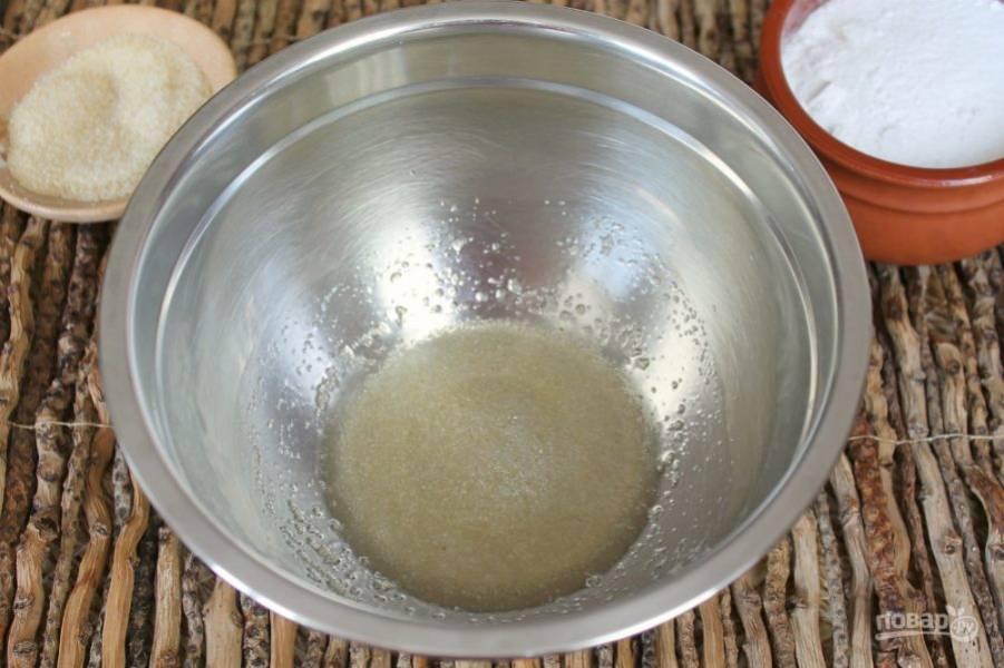 В большую миску насыпаем желатин и добавляем 4 столовых ложки теплой воды. Перемешиваем.