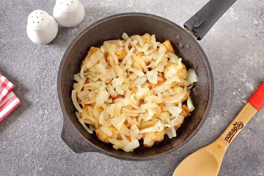 В отдельной сковороде обжарьте до мягкости нарезанный полукольцами репчатый лук и выложите его на готовое филе минтая.