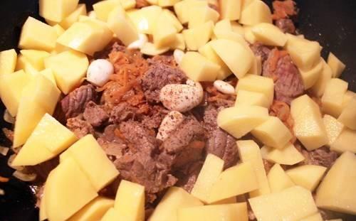 3. Когда соус начнет булькать, - добавим картофель ломтиками и перемешаем. При необходимости добавим еще специй и соли. Тушим до готовности картофеля.
