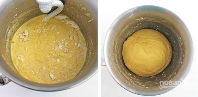 6. Теперь время добавлять просеянную муку. Вымешайте тесто как следует. После переложите в мисочку, накройте чистым полотенцем и оставьте подходить в теплом месте.