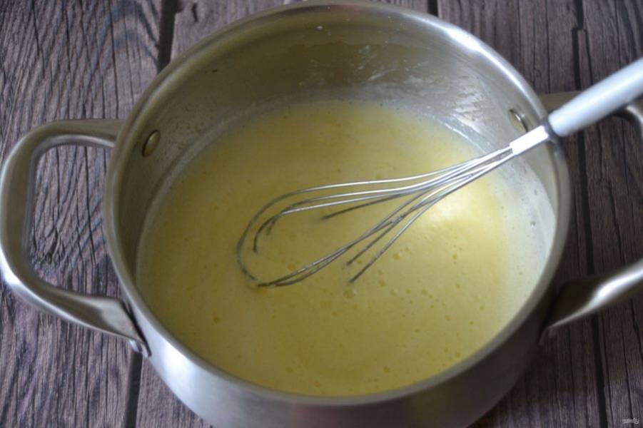 Поставьте яичную массу на огонь и нагрейте до кипения и загустения, при этом постоянно помешивая.