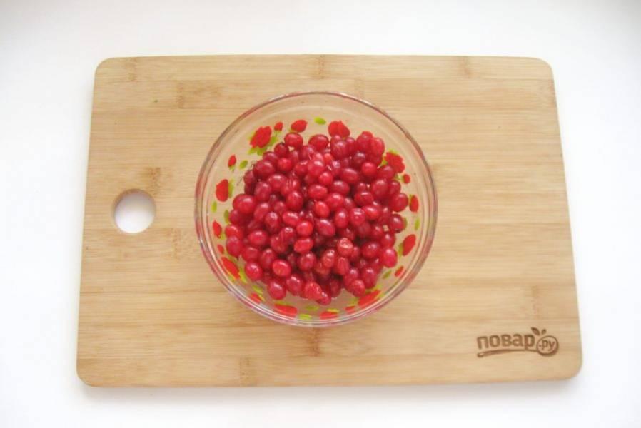 Снимите ягоды калины с веток.