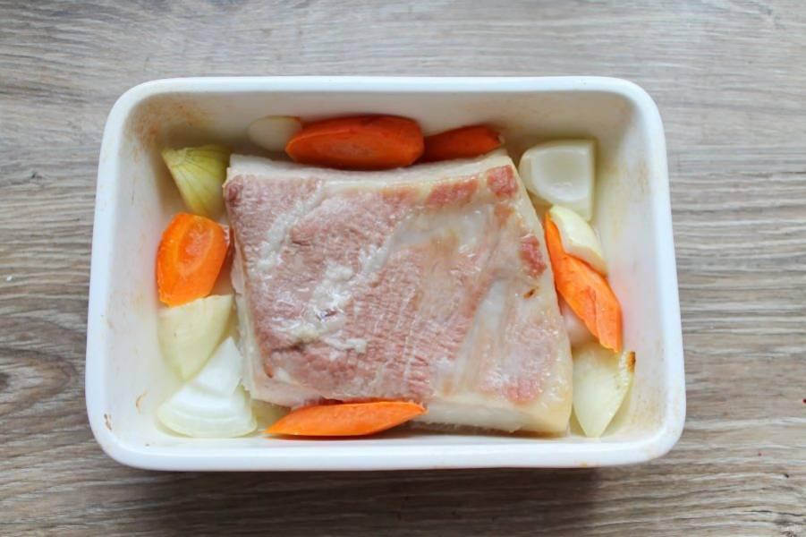 Влейте воду, она должна лишь покрывать кожу, не доходя до мяса. Поставьте в горячую духовку и готовьте при температуре 160 градусов 30 минут.
