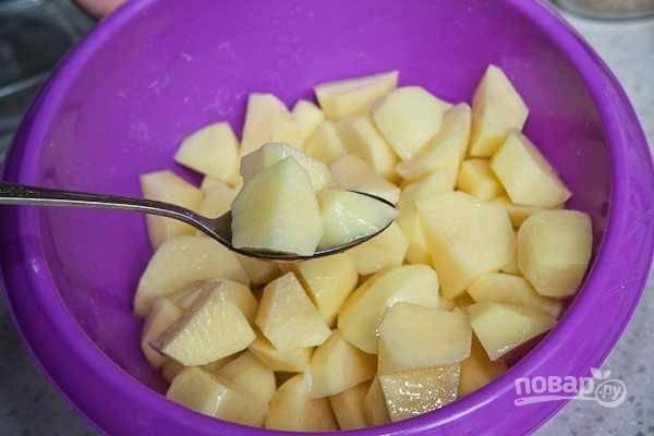 2. Добавьте столовую ложку масла, перемешайте. Разогрейте духовку до 180 градусов.