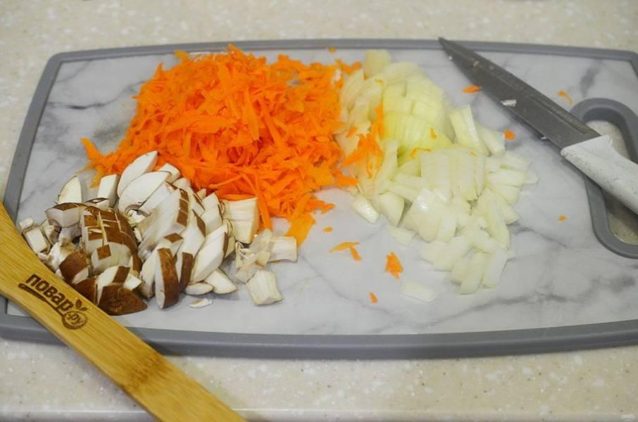 3. Лук и грибы нарежьте, морковь натрите на терке.