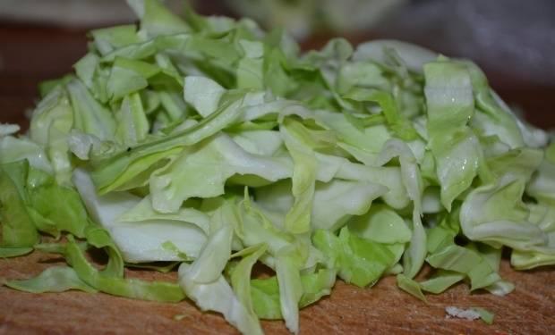1. Шинкуем капусту. Для этого салата лучше взять молодую или пекинскую капусту.