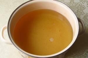 4. Ягоды выложите в этот горячий сироп, перемешайте до полного смачивания и оставьте на 4 часа настояться. После этого сироп нужно будет слить, снова довести о кипения и проварить около 10 минут.