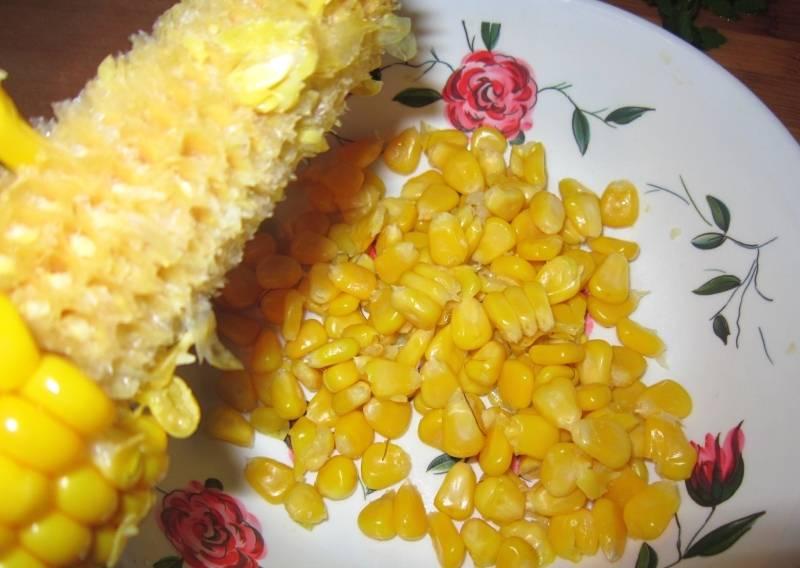 2. Чистим кукурузу в отдельную посуду.