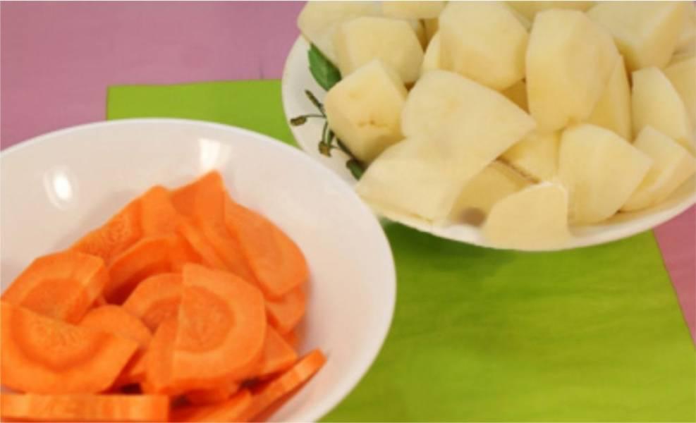 3. Пока мясо варится, подготовьте овощи. Помойте, почистите и нарежьте картошку и морковь крупными кусочками.