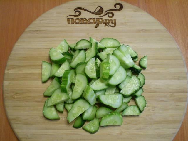 2. Огурцы режем как на салат.