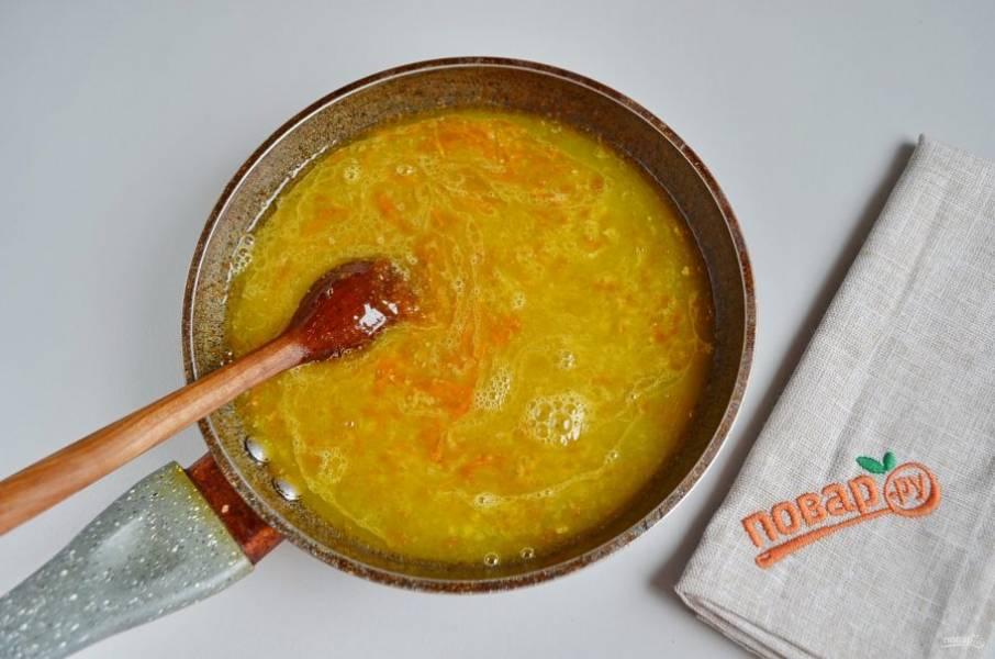 14. Влейте в соус апельсиновый сок, добавьте цедру. Уваривайте соус, постоянно помешивая, до консистенции сиропа. Примерно 5 минут.