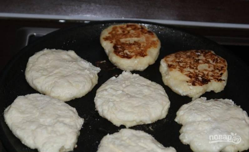 4. Аккуратно формируем ложкой или руками сырники и обжарим их на сухой сковороде или на масле с двух сторон.