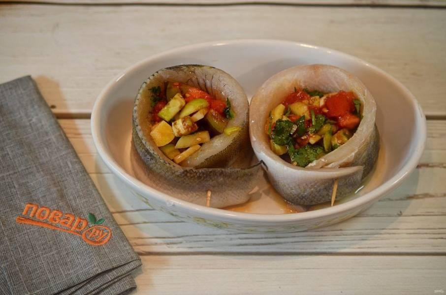 5. Выложите в центр овощи и запекайте в разогретой до 180 градусов духовке около 40 минут.