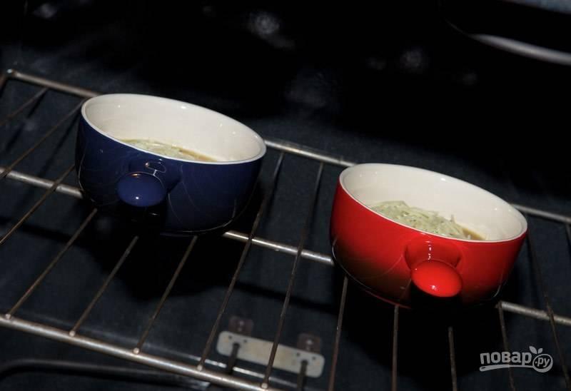 В разогретую до 180 градусов духовку отправьте тарелки с супом приблизительно на 10 минут.