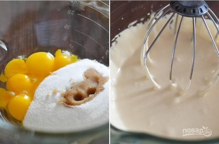 7. Желтки соедините со 150 граммами сахара и ванильным экстрактом, взбейте до бела.