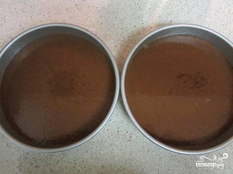 1.Из муки, яиц, какао-порошка, сахара и разрыхлителя приготовьте бисквитное тесто обычным способом. Перелейте его в подготовленные формы.
