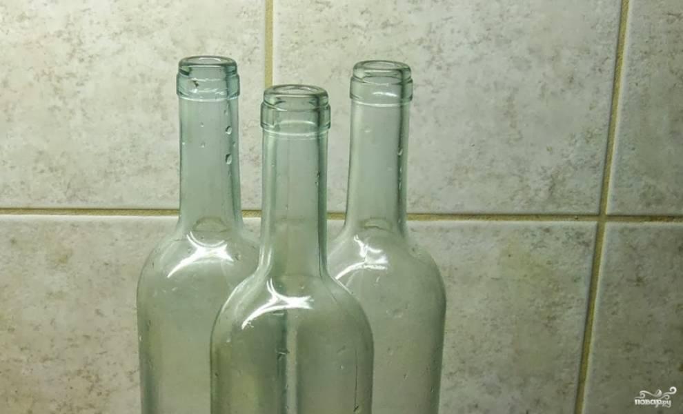 3. Подготовим бутылки: вымоем их и хорошо высушим. Затем аккуратно разливаем вино и закупориваем. Теперь пусть вино настаивается хотя бы 2-3 месяца, а лучше - больше.