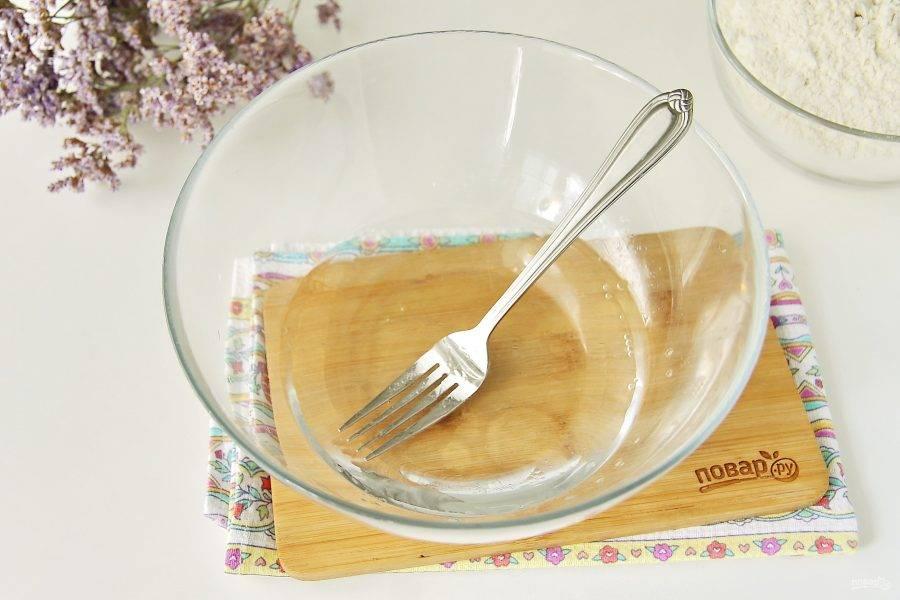 В глубокую миску налейте воду. Добавьте соль и растительное масло.