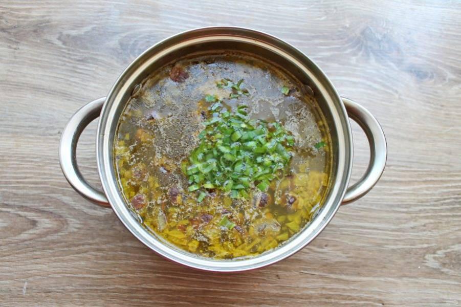 Зелень мелко порежьте и добавьте в суп. Доведите до кипения и снимите с огня. Закройте крышкой и оставьте на 10 минут.
