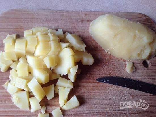 Картофель для салата лучше использовать сваренный в кожуре. Очищаем его и нарезаем.