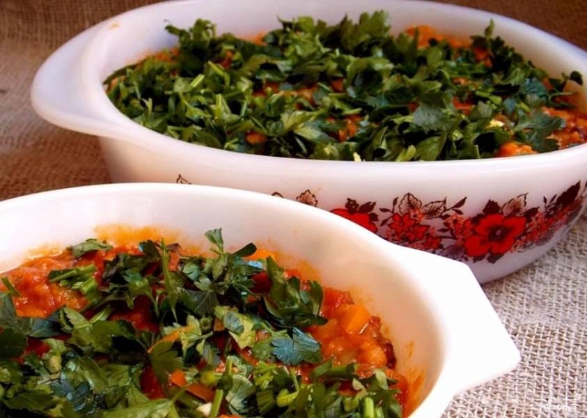Овощи уложите в форму для выпечки. Смешайте их с чечевицей. Сверху всё засыпьте зеленью.