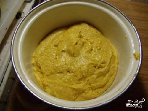 В сухой мучной смеси сделайте углубления. Туда добавьте яйца и набухшие дрожжи. Хорошо замешайте тесто. По порциям добавляйте маргарин. Как только смесь обретет единую консистенцию, уберите её в холодильник на ночь под плёнкой.