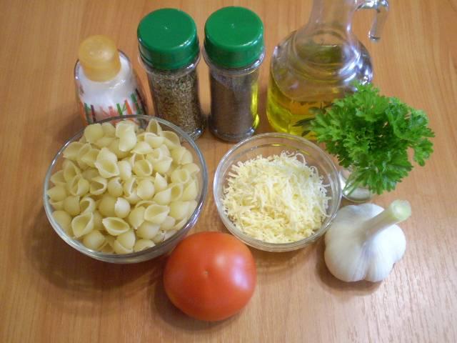 1. Приготовим продукты. Поставьте воду для макарон на плиту, посолите. Доведите до кипения и варите макароны до готовности.