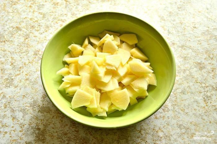 Заранее разморозьте тесто. Яблоки промойте, очистите от кожуры и нарежьте небольшими дольками.