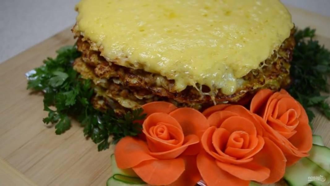 Подавайте пирог теплым со свежими овощами и зеленью.