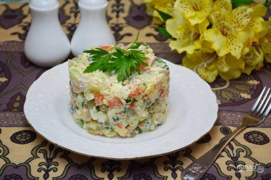 9. Заправьте салат смесью майонеза и сметаны. Перемешайте. Блюдо украсьте и подайте к столу.