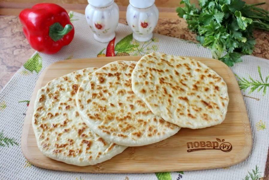 """Хлеб """"Базлама"""" на кефире готов. Теплые лепешки смажьте сливочным маслом и подавайте к столу."""